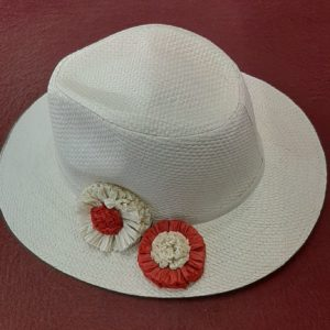Cappello con decoro in raffia
